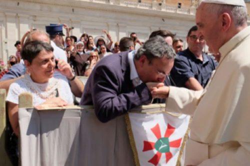 Albastar presenta su estandarte al Papa para la Bendición Papal. Nuevos vuelos de Roma a Lourdes