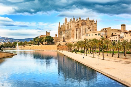 Fly to Palma de Mallorca with Albastar: the capital is even more beautiful between June and September.
